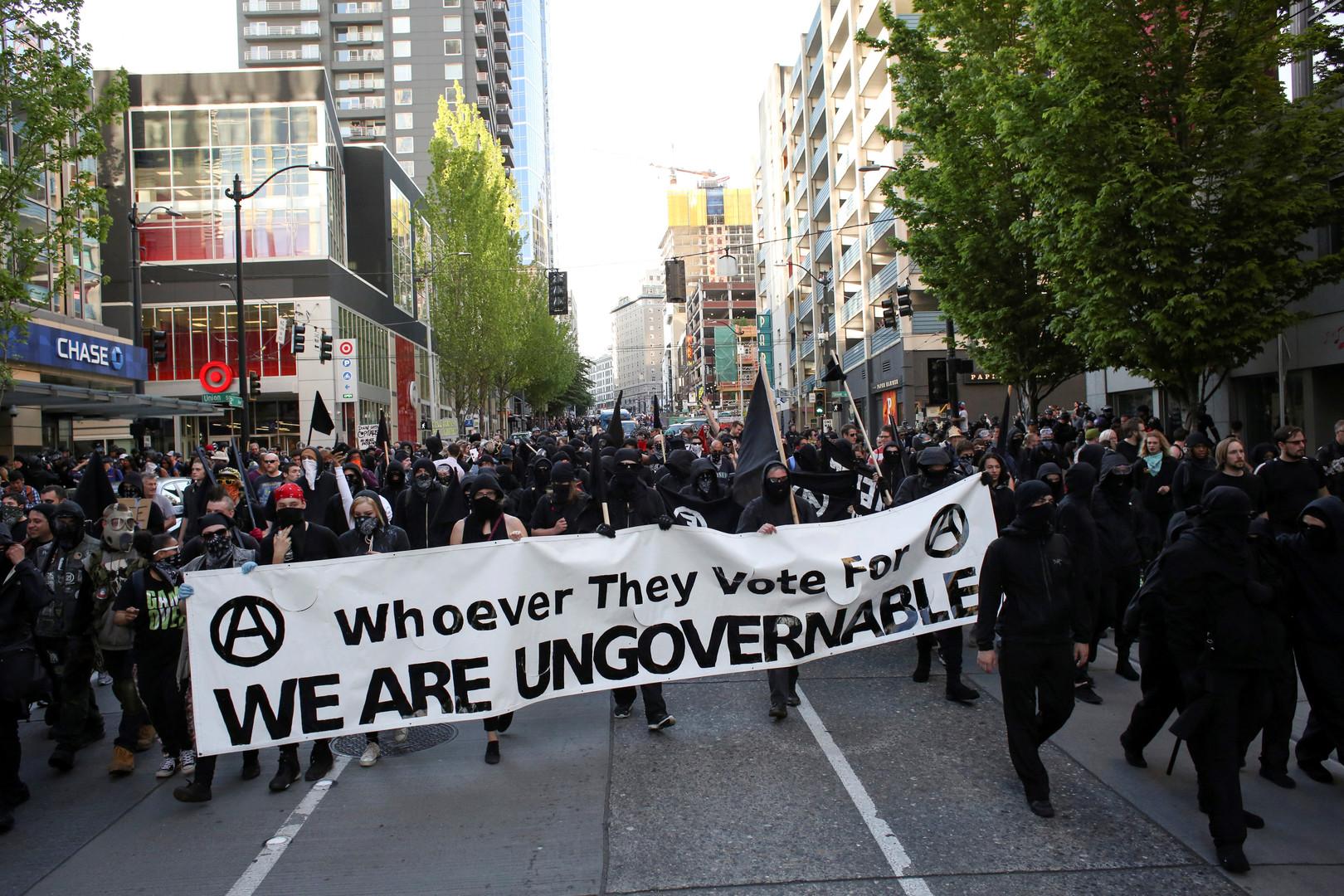 Auch Anarchisten demonstrieren am 1. Mai, hier in Seattle, USA.