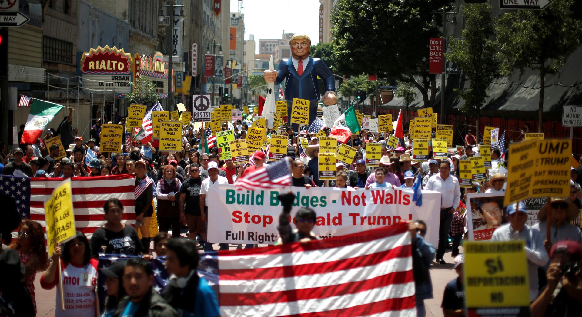 Zehntausende demonstrieren in Los Angeles, USA.