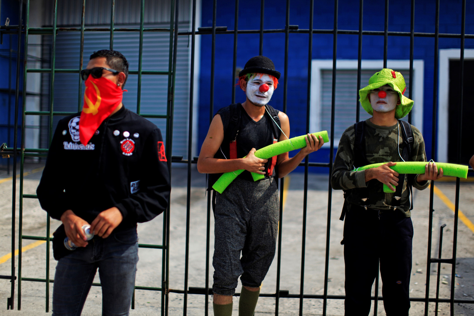 In El Salvador scherzen Demonstranten mit der Polizei.