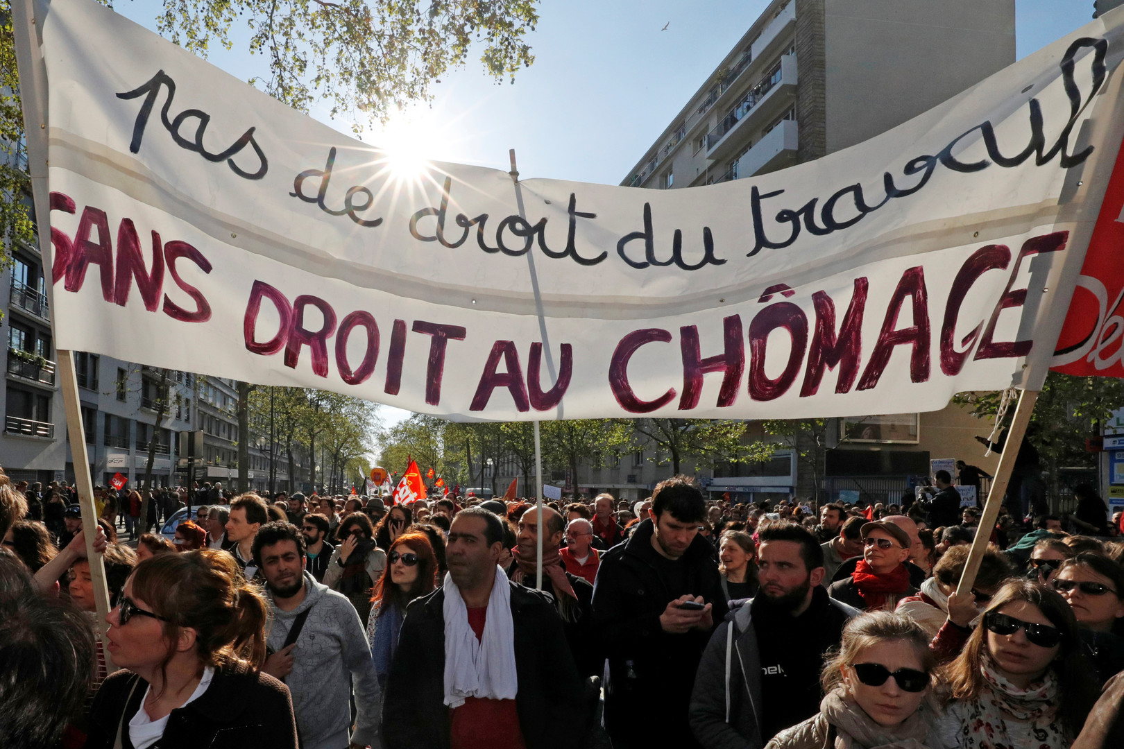 In Frankreich setzten Hunterttausende die Proteste gegen den geplanten Sozialabbau fort.