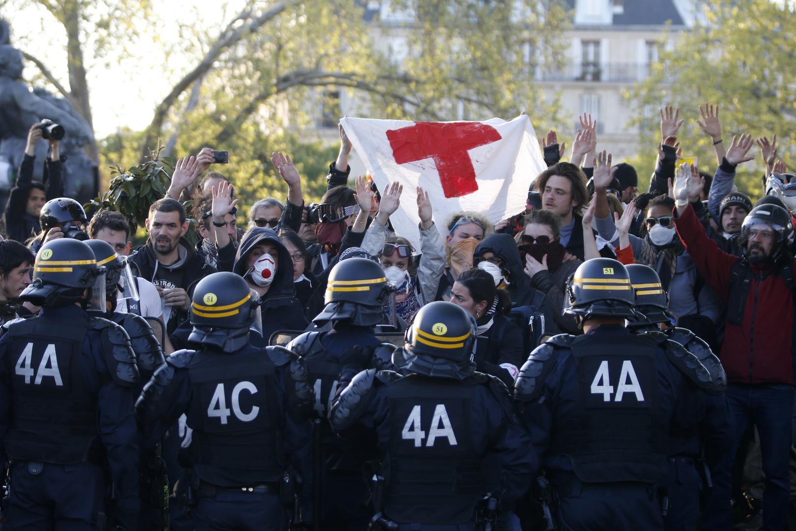 Spezialeinheiten der Polizei greifen die Demonstration in Paris an, Frankreich.
