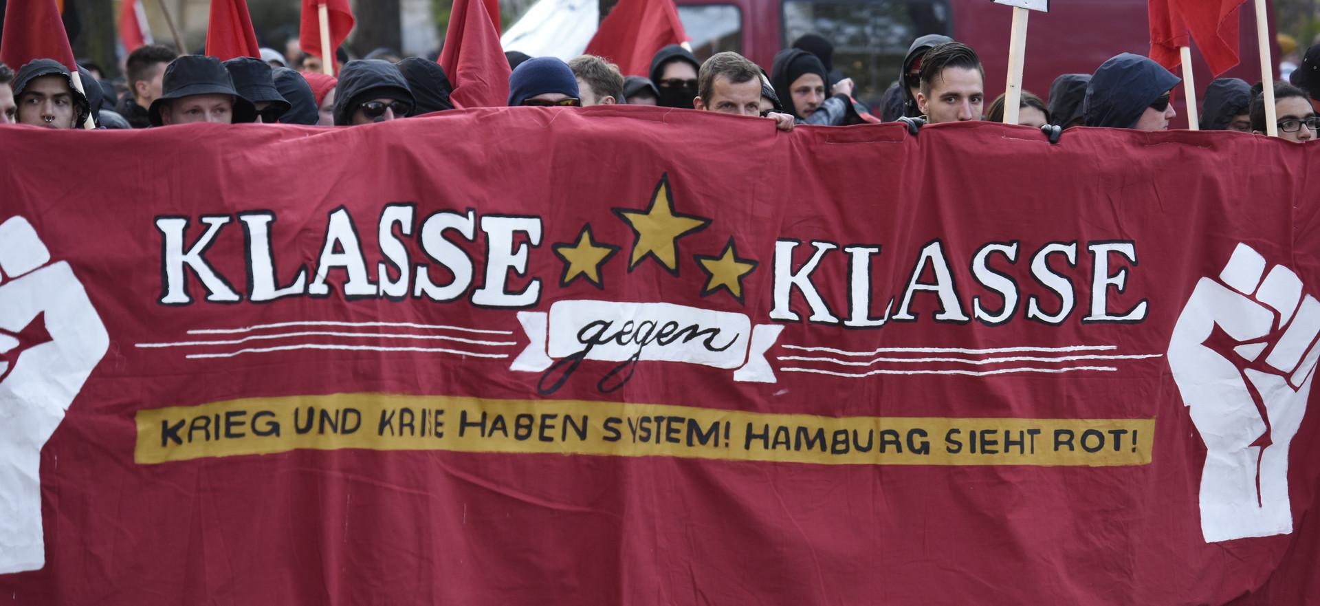 Fronttransparent auf der 1. Mai-Demonstration in Hamburg, Deutschland.