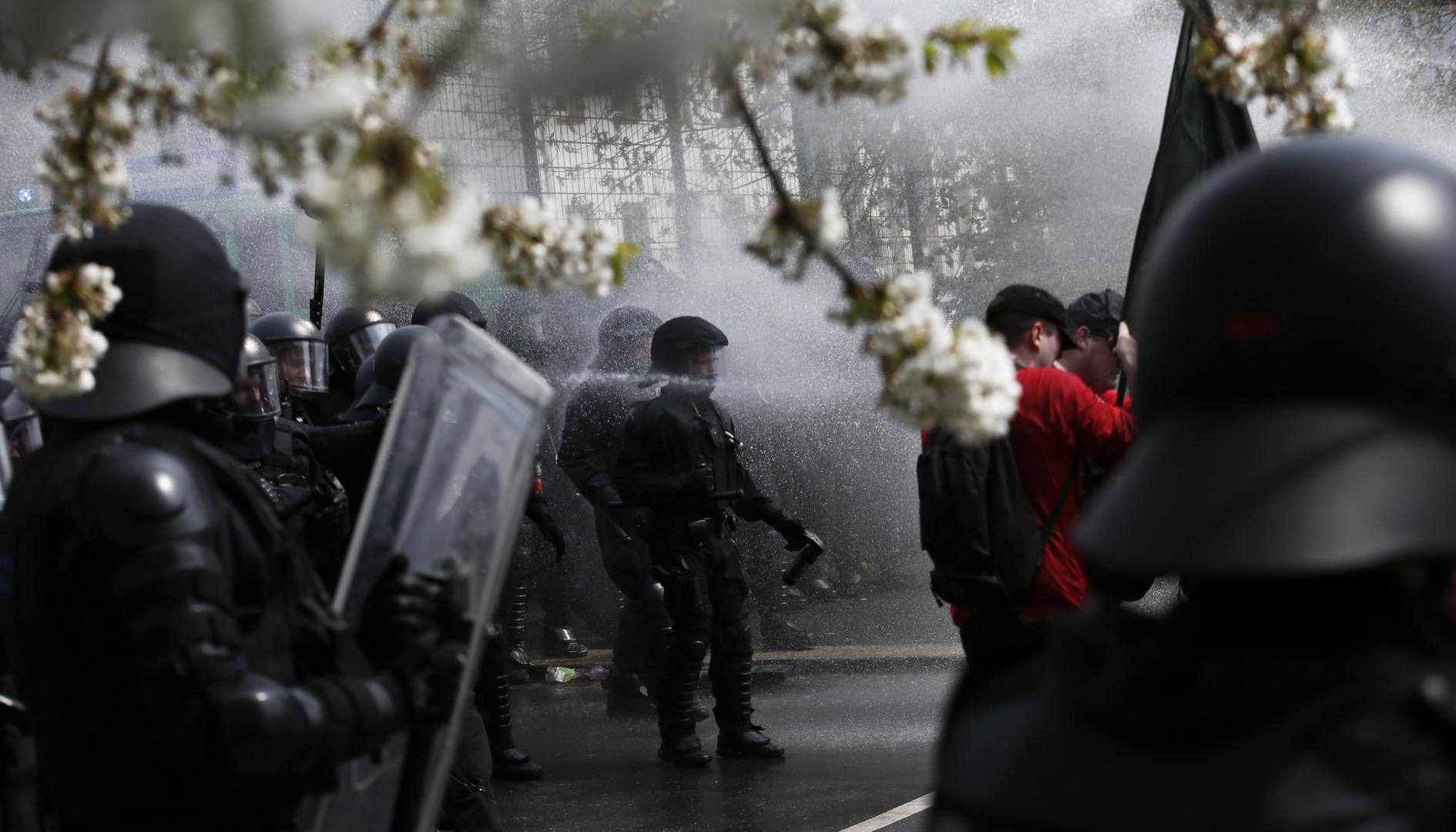 Deutsche Polizei geht gegen Demonstranten bei einem Aufmarsch von Rechtsextremisten in Plauen vor, Deutschland.