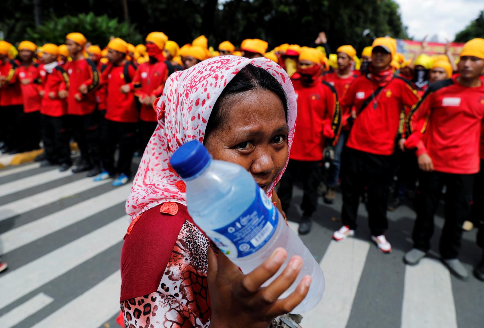 Straßenverkäuferin vor einer Demonstration am Präsidentenpalast in Jakarta, Indonesien.