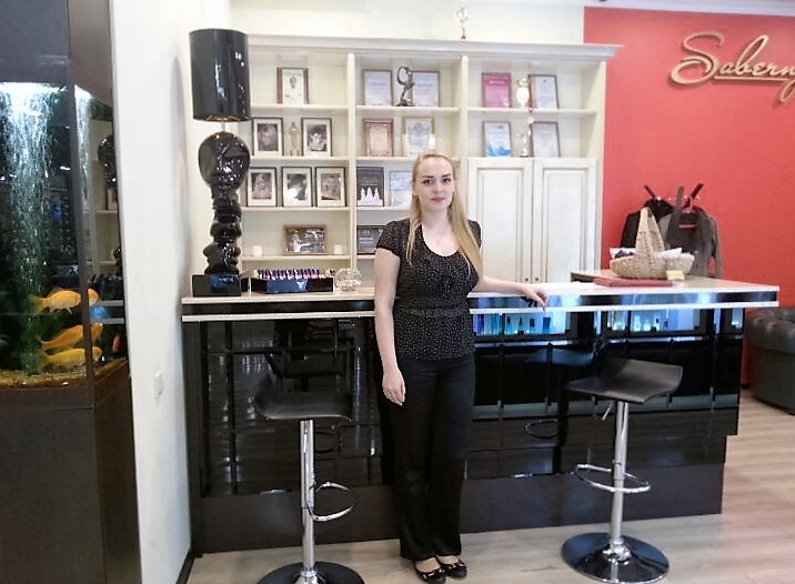 Christina, die Administratorin des Schönheitssalons.