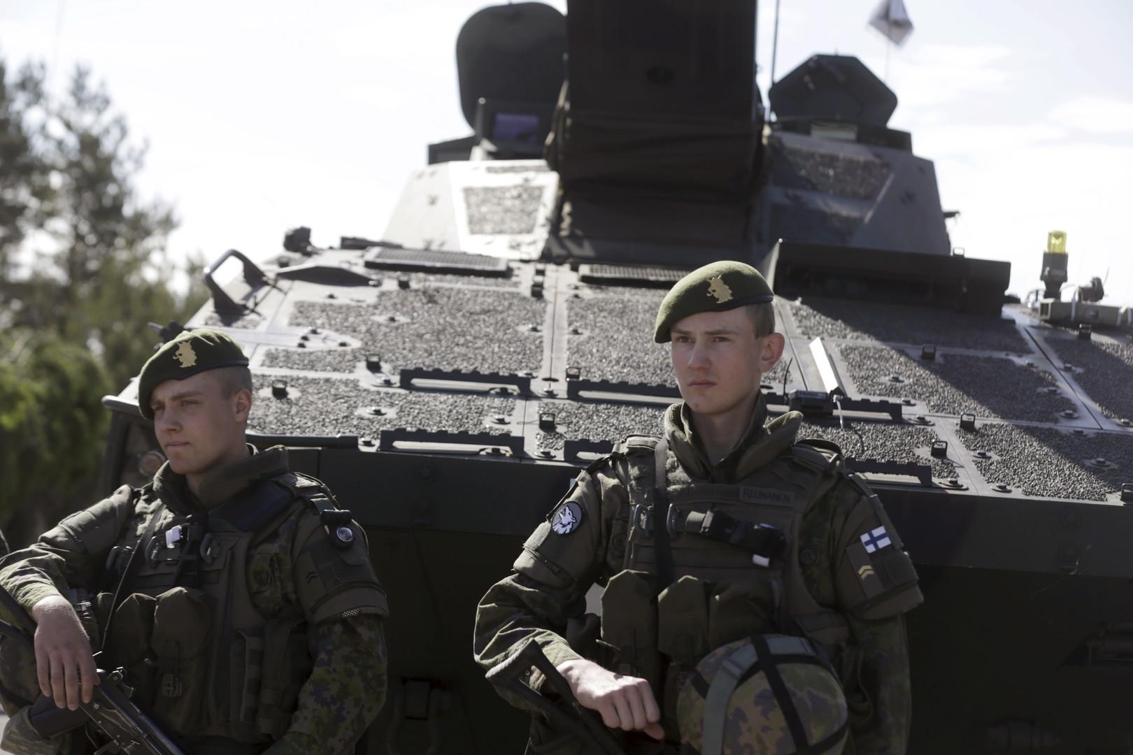 Finnische Panzereinheit bei NATO-Militärmanöver Saber Strike.