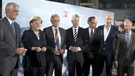 Die Bundeskanzlerin und ihr Team für Öffentlichkeitsarbeit von links nach rechts: Thomas Bellut (ZDF), Peter Frey (ZDF), Peter Kloeppel (RTL), Carl Bergengruen (NDR, Studio Hamburg), Wolfgang Link (ProSieben) und Tom Buhrow (WDR) am 1. September 2013.