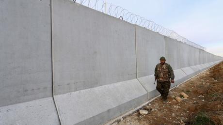 EIn kurdischer Milizionär patroulliert an der neuen Mauer zur Türkei, Ras al-Ain, Syrien, Januar 2016.