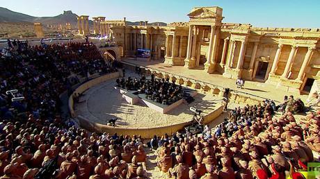 In den Ruinen von Palmyra präsentiert das Sankt Petersburger Mariinski-Theaters unter der Leitung von Waleri Gergijew heute ein Symphoniekonzert