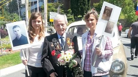 Alona mit ihrer Mutter und einem Veteranen bei den Gedenk- und Feierveranstaltungen anlässlich des 71. Jahrestages des Sieges gegen den Nationalsozialismus. Da Sotschi keine Garnisionsstadt ist, verlaufen die Feierlichkeiten in der russischen Schwarzmeer-Stadt ohne Militärparaden.