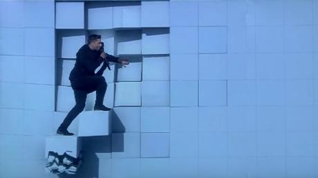 Mit einer beeindruckenden Videoshow begeisterte der russische Superstar Sergey Lazarev das Publikum. Quelle: EUROVISION.TV