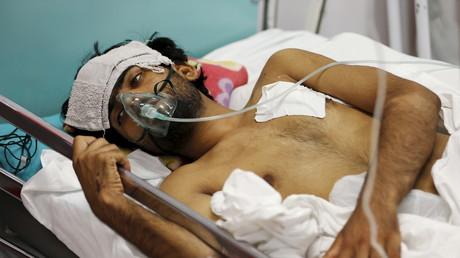 Ein verwundeter Afghane, der den Angriff der US-Luftwaffe auf das MsF-Krankenhaus in Kunduz überlebte, erhält eine Behandlung im Notfall-Krankenhaus in Kabul, Oktober 2015.