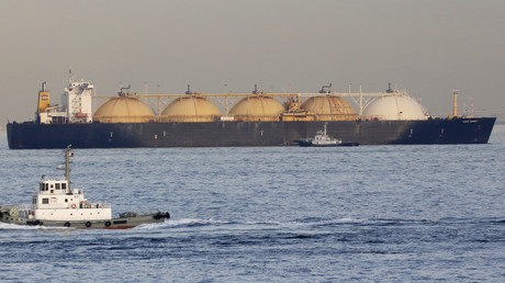 Ein LNG Tanker in Yokohama, Tokyo