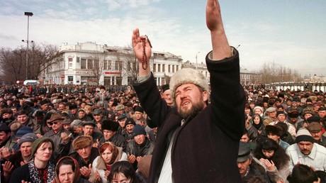 Ein Priester hebt seine Hände auf einer Kundgebung im Zentrum von Simferopol am 28. März 1998. Damals lebten 271.000 Tataren auf der Krim.