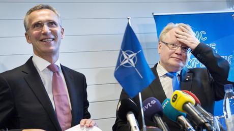 NATO-Generalsekretär Jens Stoltenberg und Schwedens Verteidigungsminister Peter Hultqvist auf einer Pressekonferenz in Stockholm, Schweden, November 2015.