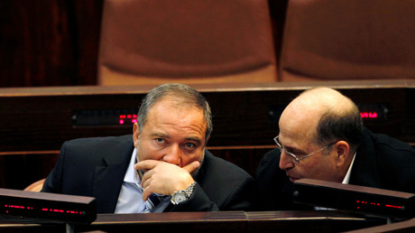 Der zurückgetretene Verteidigungsminister Moshe Yaalon (r.) neben seinem Nachfolger Avigdor Lieberman.