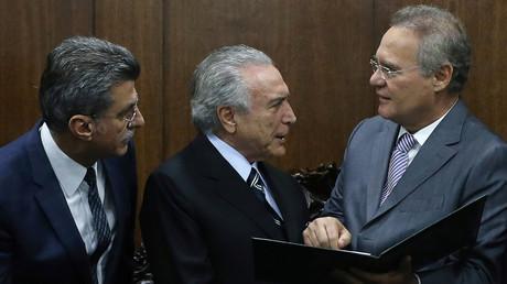 Brasil Übergangs-Präsident Michel Temer (mitte) bei einem Treffen mit Renan Calheiros (rechts) und Planungsminister Romero Juca (links).