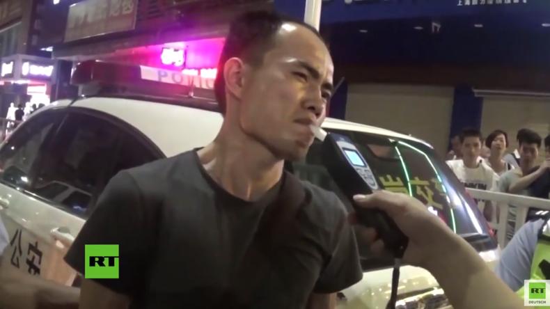 Alkoholtest – Einmal pusten bitte: Chinesischer Mann versucht Polizisten zu täuschen