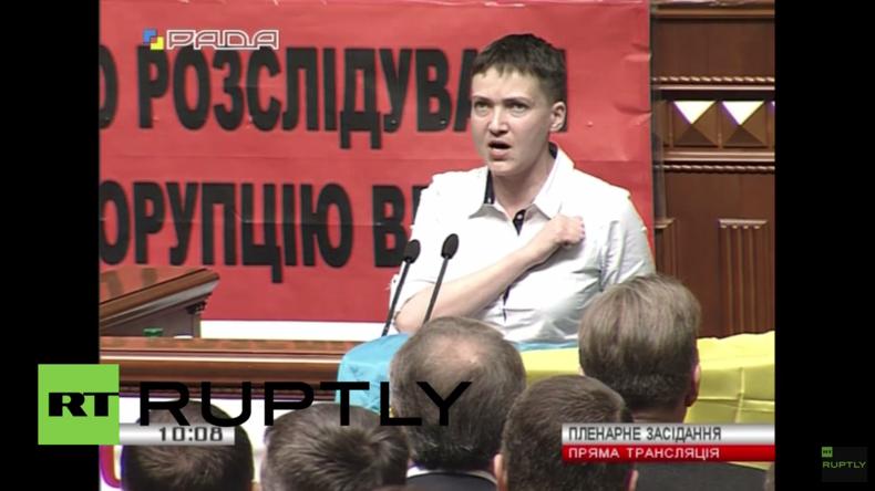 Sawtschenkos erster Auftritt als Abgeordnete im Parlament: Mit ukrainischer Flagge und in Socken