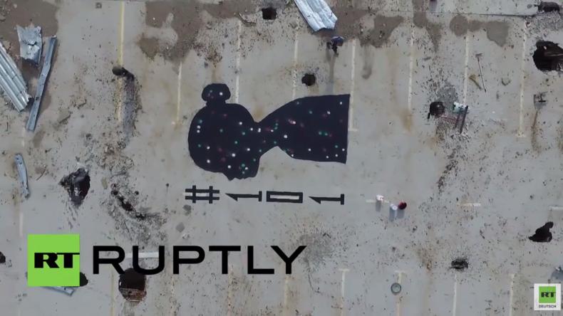 Drohne filmt Graffiti in Gedenken an die getöteten Kinder in den Ruinen des Flughafens von Donezk