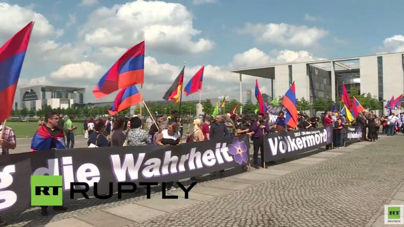 Live: Armenier protestieren am Bundestag, während Abgeordnete über Armenien-Resolution abstimmen