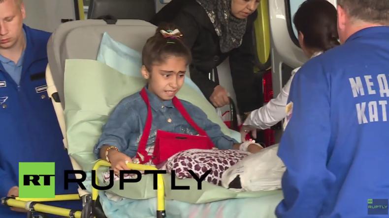 Syrien: Russische Soldaten bringen 10-jähriges Bombenopfer für medizinische Behandlung nach Russland