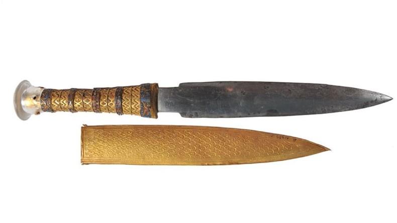 Der Eisen-Dolch des König Tutanchamun mit seiner goldenen Hülle.