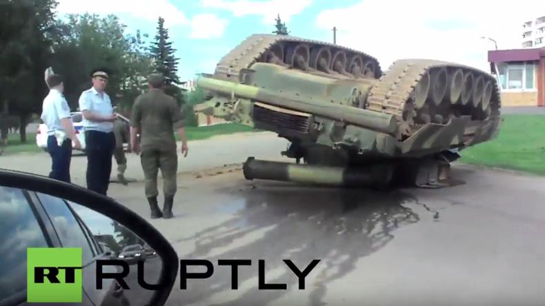 Russland: Unfall für den Frieden? - Panzer fällt kopfüber von Ladefläche