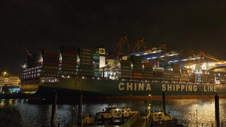 """Das weltgrößte chinesische Container-Schiff """"CSCL Globe"""" im Hamburger Hafen."""