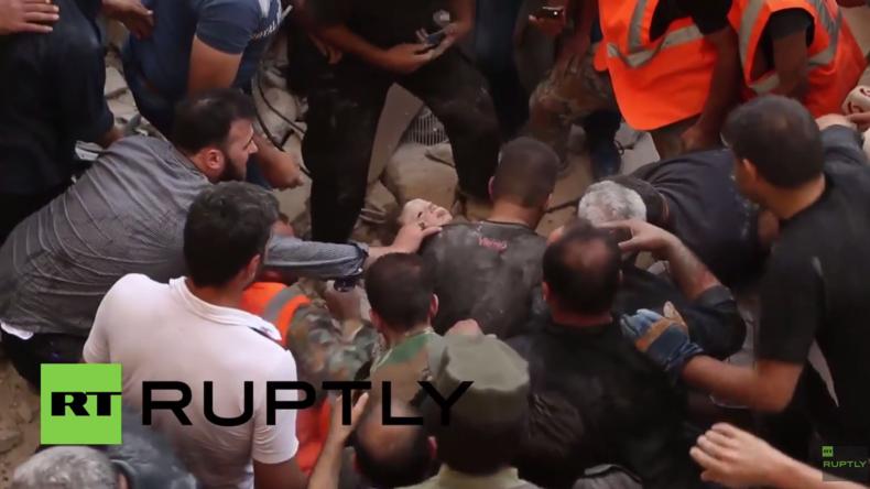 Aleppo: Rettungsdienste bergen kleines Kind aus Trümmern nach Angriff der Al-Nusra-Front