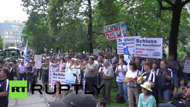 München: Hunderte Milchbauern protestieren lautstark vor bayrischer Staatskanzlei gegen Milchpreise