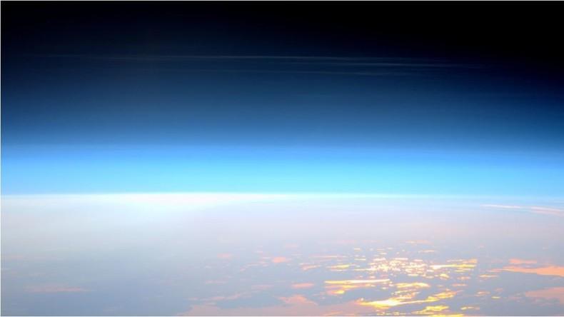 Schönheit des erdnahen Weltalls: ISS-Astronaut fotografiert seltene leuchtende Nachtwolken