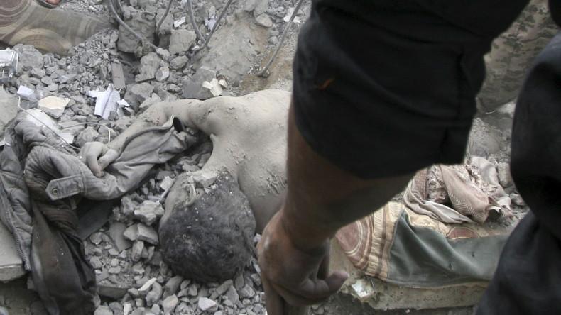 Bergung von toten Zivilisten, nach einem Saudi-geführten Luftangriff auf ein Wohn-Gebäude in der jemenitischen Stadt Taiz.
