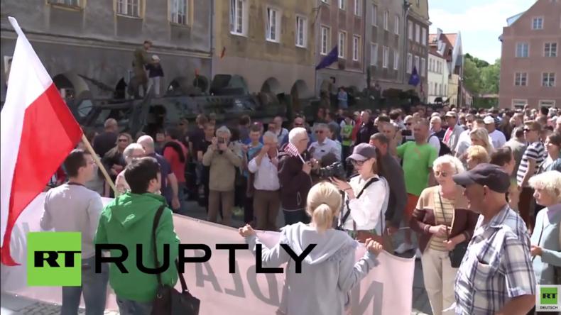"""Polen: """"Stoppt die amerikanische Besatzung!"""" - Protest gegen US-Militärpräsenz in Polen"""