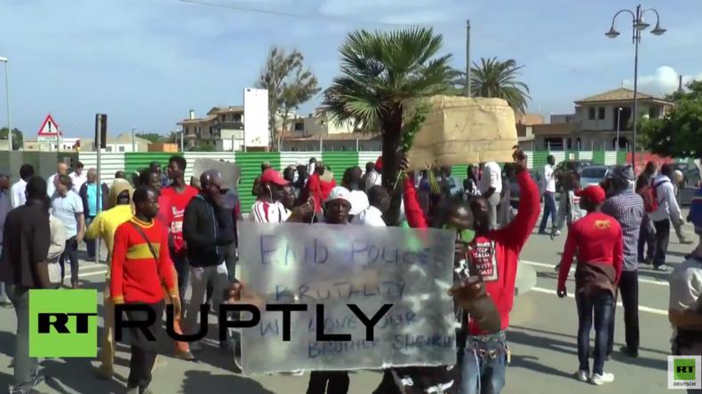 Italien: Flüchtlinge und Migranten protestieren nach Tötung eines psychisch labilen Migranten
