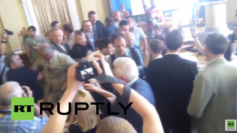 Ukraine: Wütende Demonstranten gegen Abgeordnete - Zusammenstöße im Stadtrat von Lemberg