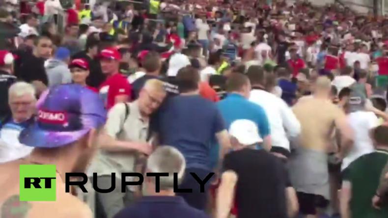 ENGRUS: Moment als russische Fußballfans den englischen Fanblock im Marseiller Stadion stürmen