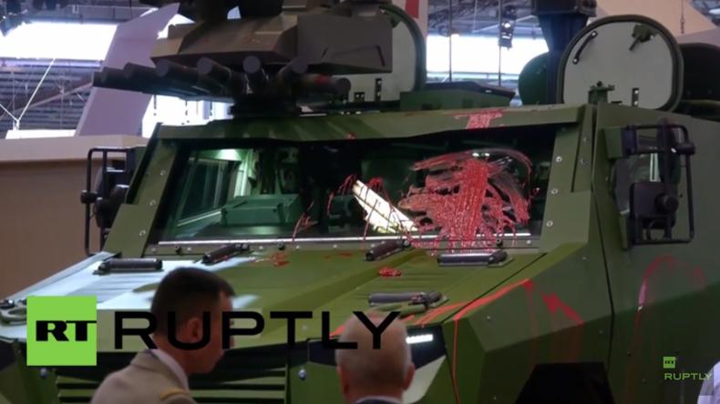 """Paris: """"Waffen bedeuten Blut"""" - Aktivisten beschmieren Panzer auf Waffenmesse mit roter Farbe"""