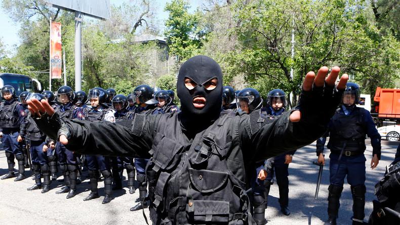 Polizist bei Demonstrationen gegen die unpopulären Landreformen in Kasachstan.