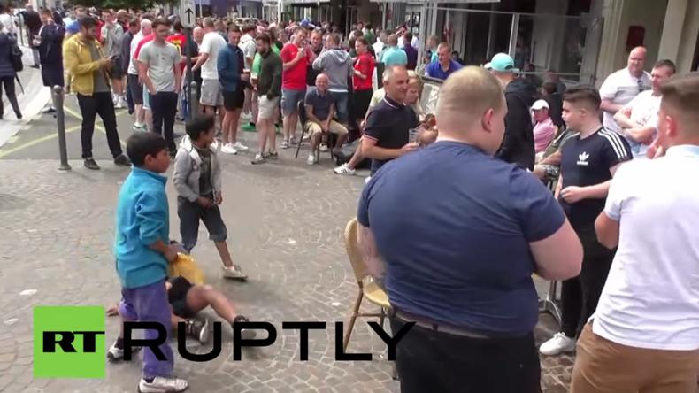 """""""Schämt euch!"""" England-Fans amüsieren sich über Bettel-Kinder, die um zugeworfene Münzen kämpfen"""