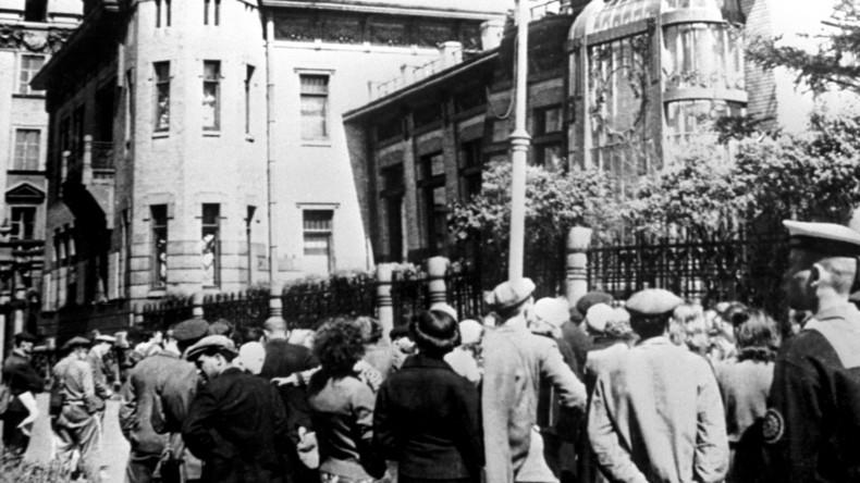Die Bewohner von St. Petersburg hören der Erklärung vom Überfall des Deutschen Reiches auf die Sowjetunion