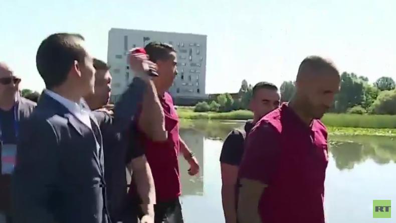 Frankreich: Schlechte Laune? Ronaldo wirft Mikrofon eines Reporters in den See