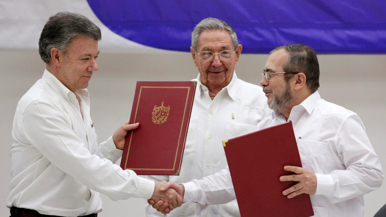 Kolumbiens Präsident Juan Manuel Santos (links) und FARC-Sprecher Timochenko tauschen am Donnerstag die Dokumente über den Waffenstillstand aus. Die Verhandlungen fanden auf Kuba unter der Schirmherrschaft von Präsident Raul Castro statt , 23. Juni 2016.