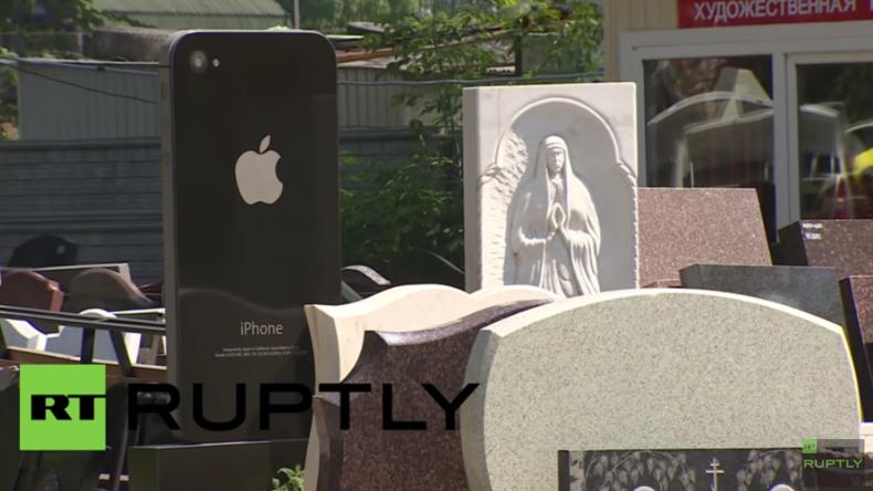 Ein riesiges iPhone zwischen gewöhnlichen Grabsteinen - Der neueste Hit aus Russland?