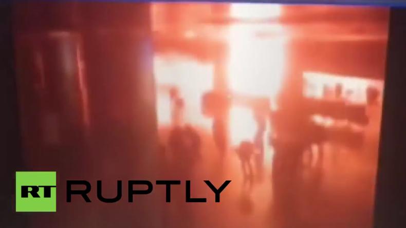 Istanbul: Moment als sich einer der Selbstmordattentäter am Flughafen in die Luft sprengt