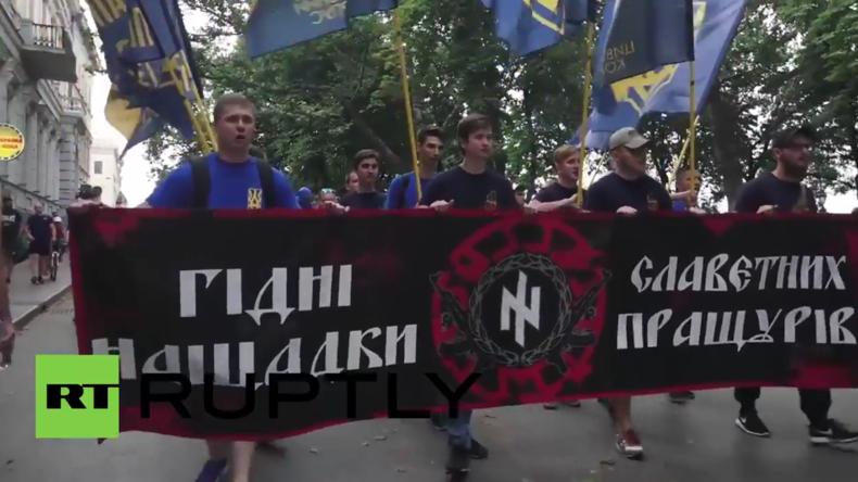 """Odessa: """"Bandera Held der Ukraine"""" - Anhänger des Asow-Batailions protestieren gegen Donbass-Wahlen"""