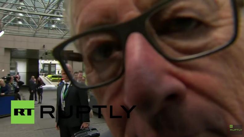 Huhu Kamera, da bin ich - Juncker hat offensichtlich trotz Brexit gute Laune