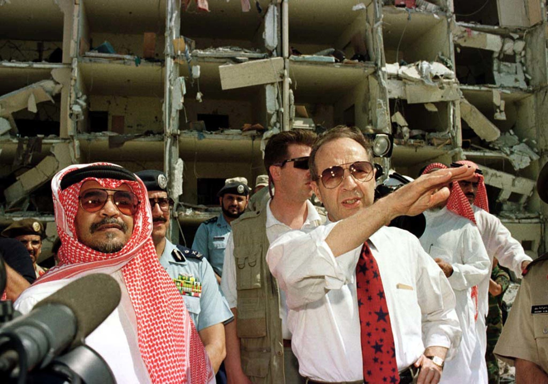Prinz Bandar bin Sultan besichtigt mit US-Verteidigungsminister William Perry die Schäden eines Bombenanschlags auf die Khobar Towers in Saudi-Arabien im Juni 1996. Die USA behaupteten später, der Anschlag sei von der Hisbollah verübt worden.