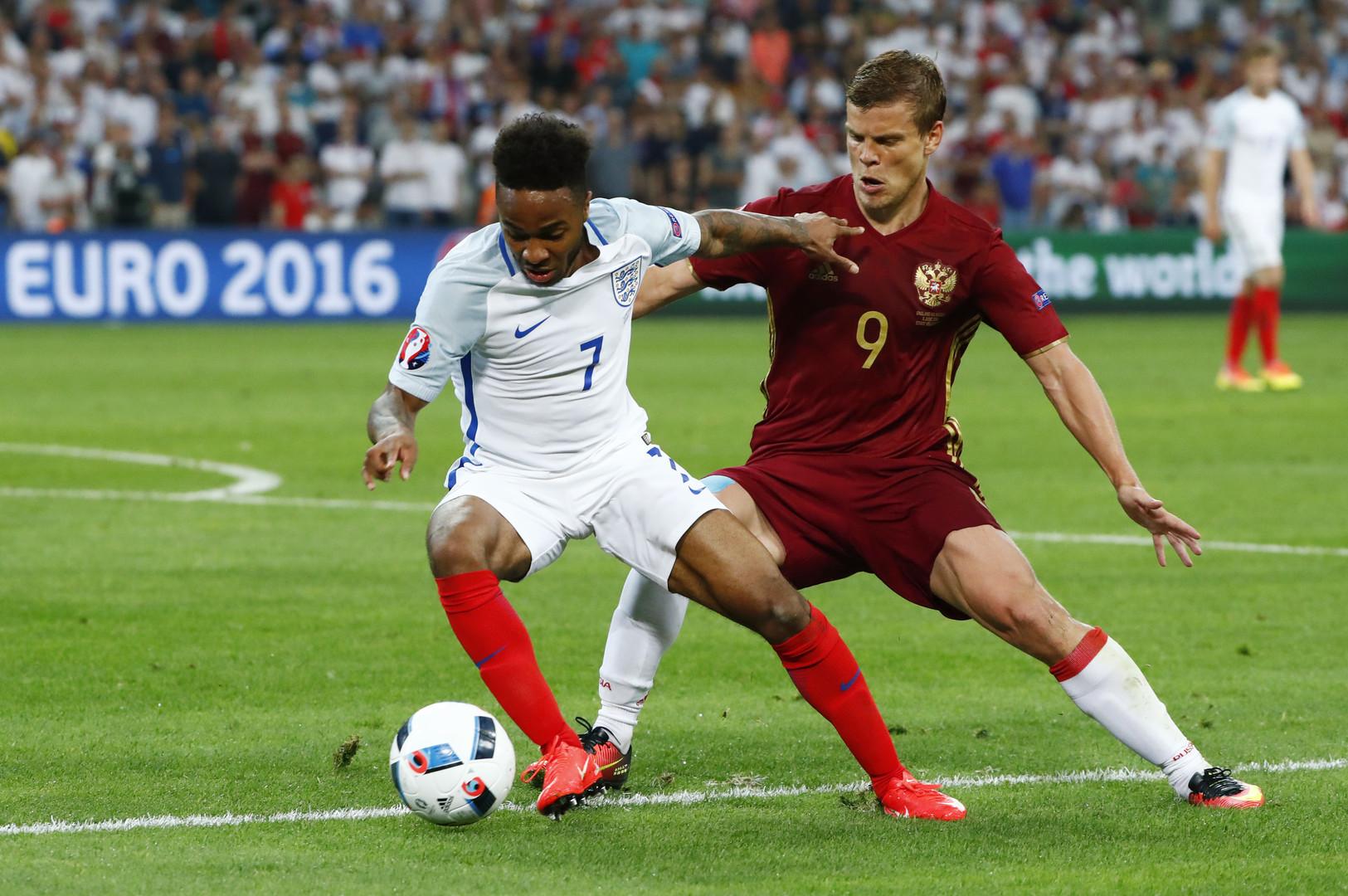 Englands Raheem Sterling im Zweikampf mit Russlands Aleksandr Kokorin
