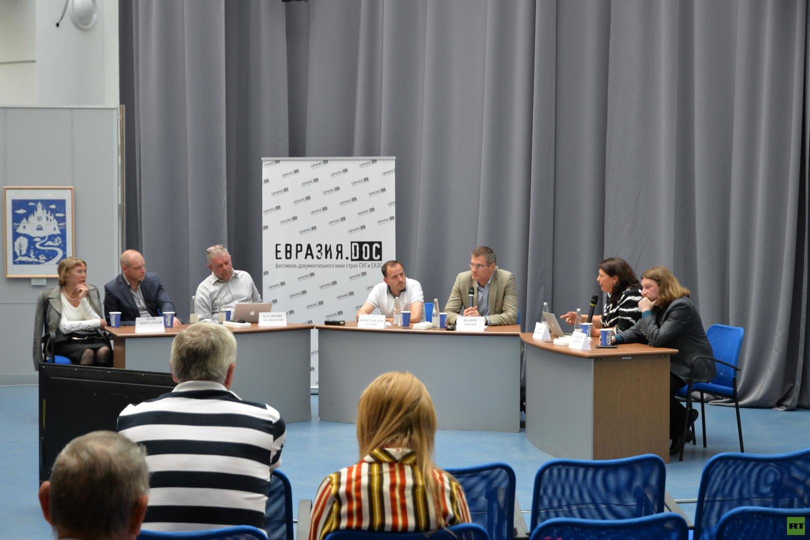 Podiumsdiskussion mit den beteiligen Dokumentarfilmern zu Ursachen von Farbrevolutionen, Smolensk, Juni 2016